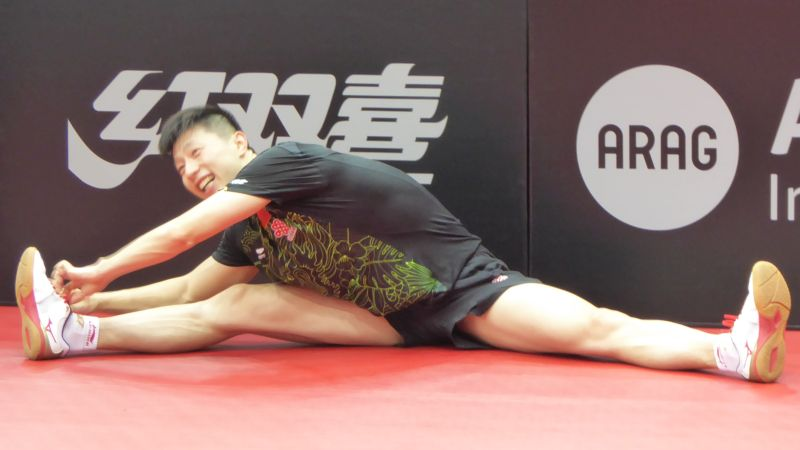 Modellathlet Ma Long beim Stretching nach dem Training